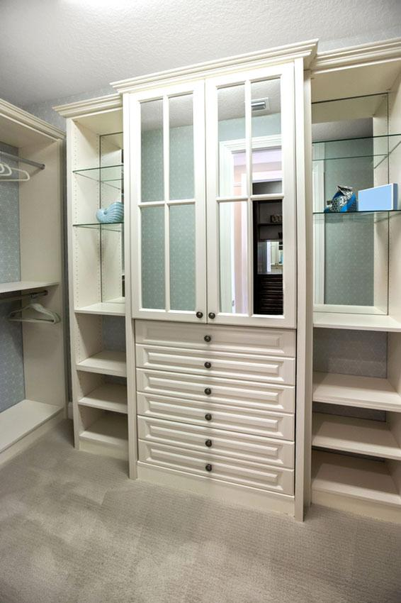 https://cf.ltkcdn.net/interiordesign/images/slide/197211-566x850-mirrored-dresser-in-closet.jpg
