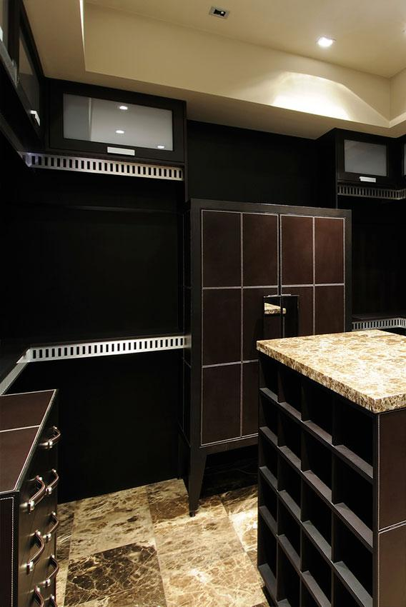 https://cf.ltkcdn.net/interiordesign/images/slide/197222-568x850-dark-wood-cabinetry-in-closet.jpg