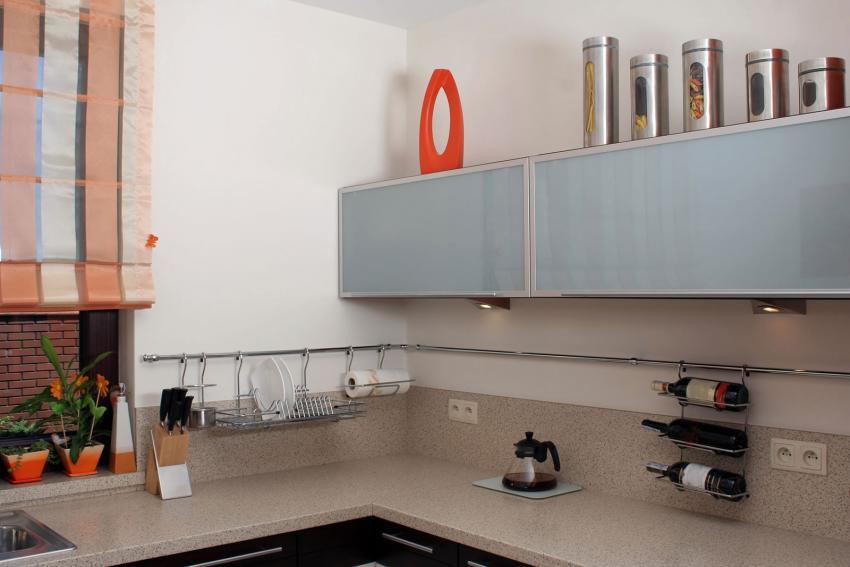 https://cf.ltkcdn.net/interiordesign/images/slide/202219-850x567-canisters-above-cabinets.jpg