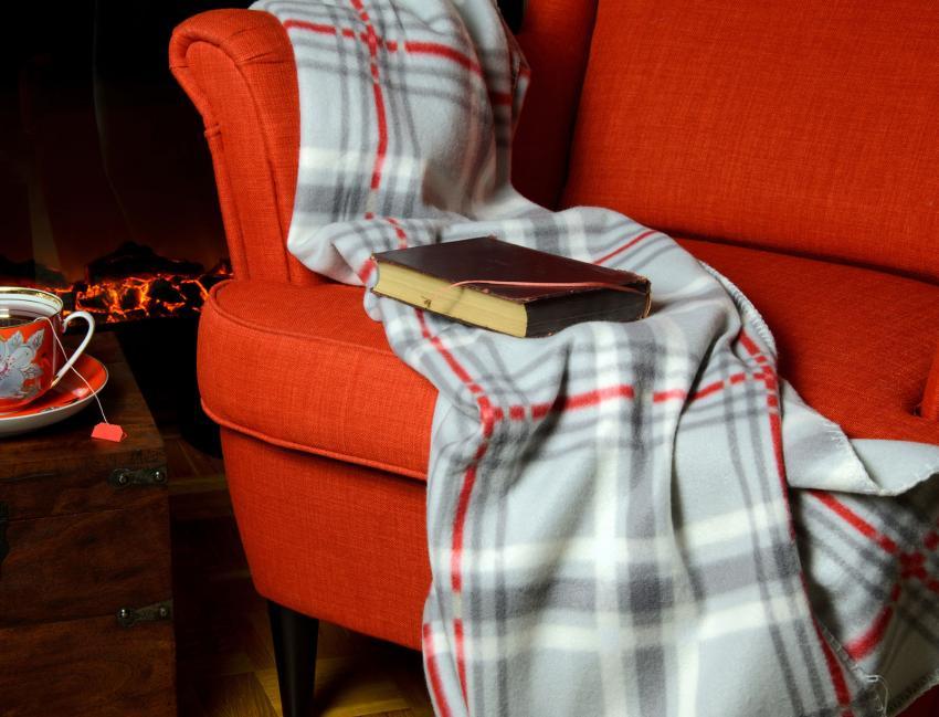 https://cf.ltkcdn.net/interiordesign/images/slide/202549-850x649-Statement-Throw-Blanket.jpg