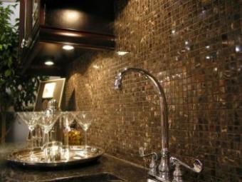 https://cf.ltkcdn.net/interiordesign/images/slide/105499-350x262-Sink-glass-tiles.jpg