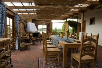 https://cf.ltkcdn.net/interiordesign/images/slide/105539-849x565-country-patio-dining.jpg