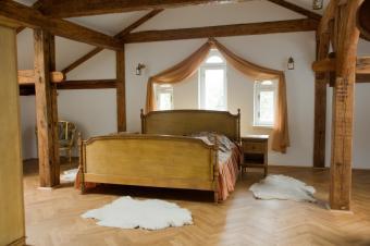 https://cf.ltkcdn.net/interiordesign/images/slide/105540-849x565-rustic-country-bedroom.jpg
