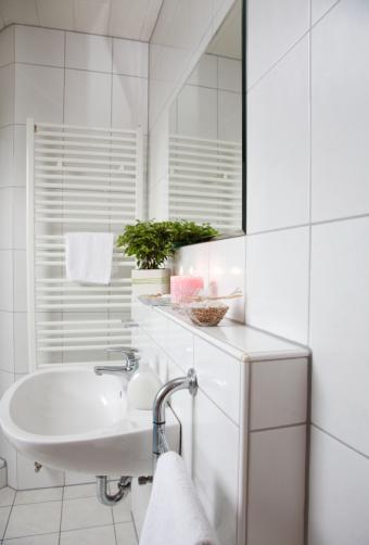 https://cf.ltkcdn.net/interiordesign/images/slide/142635-570x842r1-white-bathroom.jpg