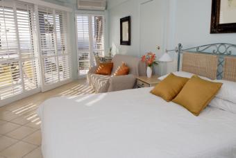 https://cf.ltkcdn.net/interiordesign/images/slide/144846-847x567r1-beach-bedroom.jpg