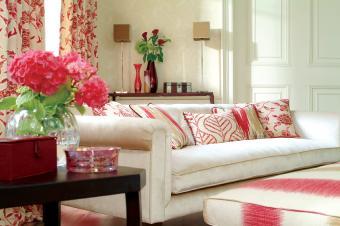 https://cf.ltkcdn.net/interiordesign/images/slide/161743-849x565r1-red-white-living-room.jpg