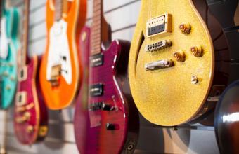 https://cf.ltkcdn.net/interiordesign/images/slide/171555-850x550-electric-guitar-wall-display.jpg