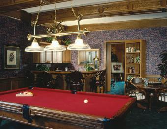 https://cf.ltkcdn.net/interiordesign/images/slide/171903-842x651-Pool-table-and-bar-room-TS-new.jpg