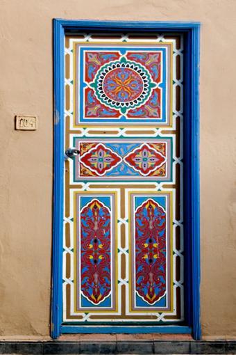 https://cf.ltkcdn.net/interiordesign/images/slide/182966-533x800-Gaily-painted-door-from-Taroudant.jpg