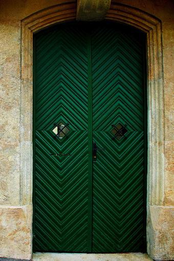 https://cf.ltkcdn.net/interiordesign/images/slide/182974-533x800-dark-green-painted-door.jpg