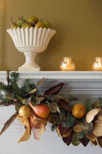 https://cf.ltkcdn.net/interiordesign/images/slide/189676-567x850-Autumn-garland-and-candles.jpg