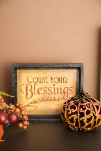 https://cf.ltkcdn.net/interiordesign/images/slide/189680-567x850-Count-Your-Blessings-Decoration.jpg
