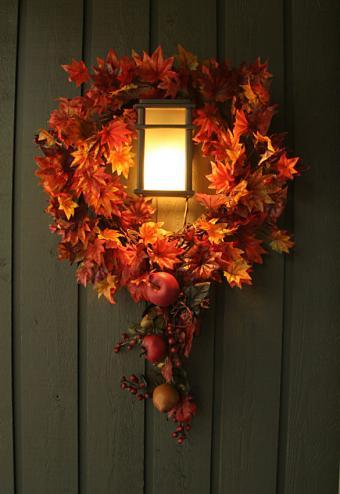 https://cf.ltkcdn.net/interiordesign/images/slide/189682-585x850-maple-leaf-wreath.jpg