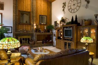 https://cf.ltkcdn.net/interiordesign/images/slide/190265-850x570-tiffany-lamps-in-living-room.jpg