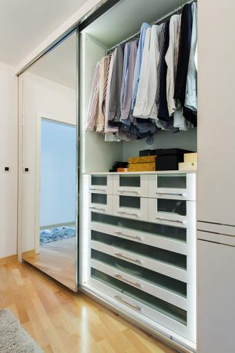 https://cf.ltkcdn.net/interiordesign/images/slide/196938-567x850-double-closet-organization.jpg