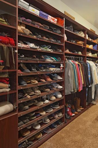https://cf.ltkcdn.net/interiordesign/images/slide/196939-566x850-shoe-storage-in-closet.jpg