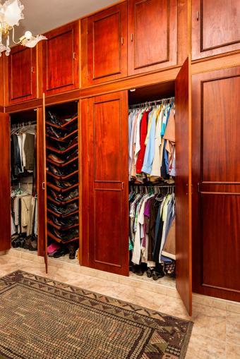 https://cf.ltkcdn.net/interiordesign/images/slide/197196-568x850-wood-walk-in-closet.jpg