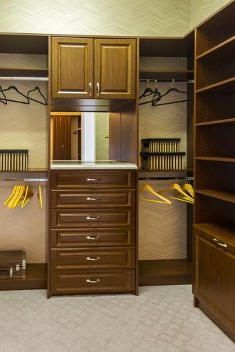 https://cf.ltkcdn.net/interiordesign/images/slide/197208-568x850-closet-with-mix-of-storage-areas.jpg
