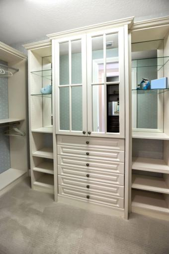 https://cf.ltkcdn.net/interiordesign/images/slide/197211-566x850-mirrored-dresser-in-closet.jpg