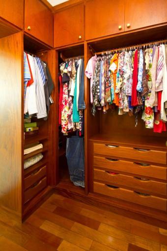 https://cf.ltkcdn.net/interiordesign/images/slide/197219-566x850-drawers-overhead-cabinets-in-closet.jpg