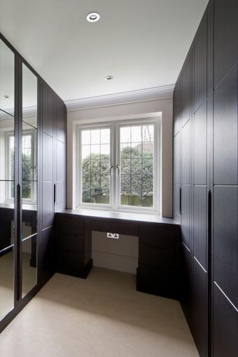 https://cf.ltkcdn.net/interiordesign/images/slide/197224-568x850-mirrored-doors-in-closet.jpg