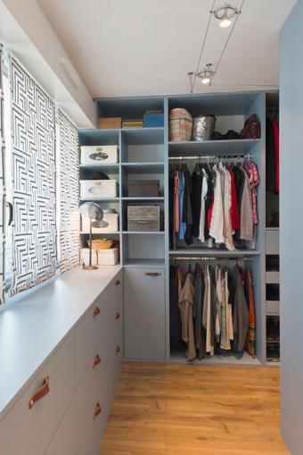 https://cf.ltkcdn.net/interiordesign/images/slide/197225-568x850-long-narrow-closet.jpg