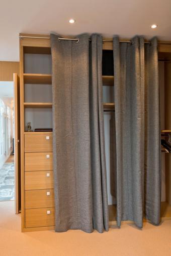 https://cf.ltkcdn.net/interiordesign/images/slide/197226-568x850-hidden-closet-space.jpg