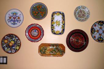 https://cf.ltkcdn.net/interiordesign/images/slide/198060-800x531-Collectable-Plates-on-Wall.jpg