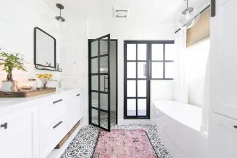 https://cf.ltkcdn.net/interiordesign/images/slide/199574-740x492-white-black-quatrefoil-cement-tiles.jpg