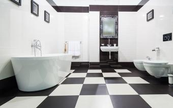 https://cf.ltkcdn.net/interiordesign/images/slide/199787-800x498-black-and-white-tile-in-bathroom.jpg