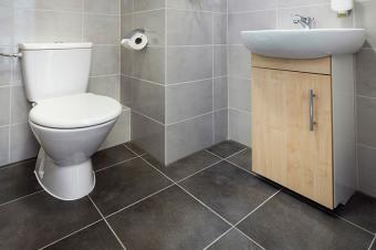 https://cf.ltkcdn.net/interiordesign/images/slide/199911-800x532-gray-tile-in-bathroom.jpg