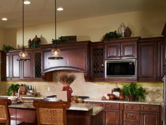https://cf.ltkcdn.net/interiordesign/images/slide/201751-850x638-vases-above-cabinets.jpg