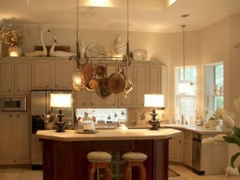 https://cf.ltkcdn.net/interiordesign/images/slide/201754-850x638-decor-above-cabinets.jpg
