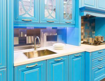 https://cf.ltkcdn.net/interiordesign/images/slide/203548-850x649-Electric-blue-kitchen.jpg