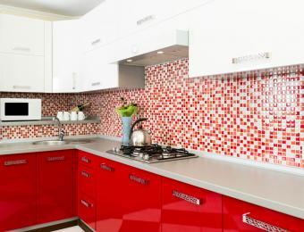 https://cf.ltkcdn.net/interiordesign/images/slide/203551-850x649-Red-and-white-kitchen.jpg