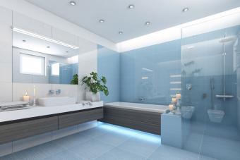 https://cf.ltkcdn.net/interiordesign/images/slide/210083-850x567-Pale-Blue-and-White-Bathroom-with-Wood-Grain.jpg