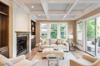 https://cf.ltkcdn.net/interiordesign/images/slide/210092-850x567-Shades-of-Hazlenut-and-White-Living-Room.jpg
