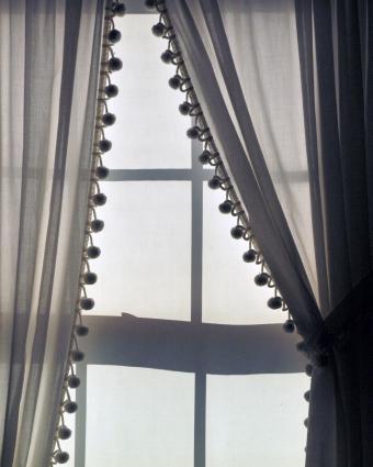https://cf.ltkcdn.net/interiordesign/images/slide/218946-680x850-pompomcurtains.jpg