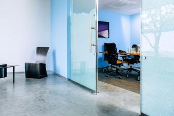 https://cf.ltkcdn.net/interiordesign/images/slide/232866-850x567-blue-office-interior.jpg