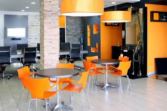 https://cf.ltkcdn.net/interiordesign/images/slide/232873-850x567-orange-and-gray-office-interior.jpg