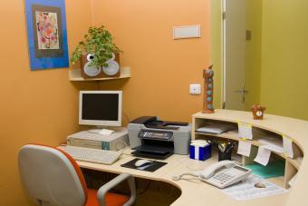 https://cf.ltkcdn.net/interiordesign/images/slide/232874-850x567-melon-and-gold-office-interior.jpg