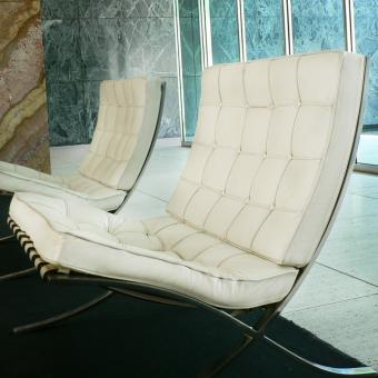 https://cf.ltkcdn.net/interiordesign/images/slide/234167-850x850-1-white-barcelona-chair-pavelleo-mies-van-del-rohe.jpg