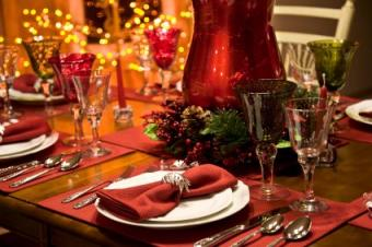6 Christmas Table Settings to Charm Your Guests With