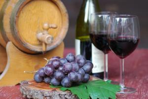 Wine barrel dispenser
