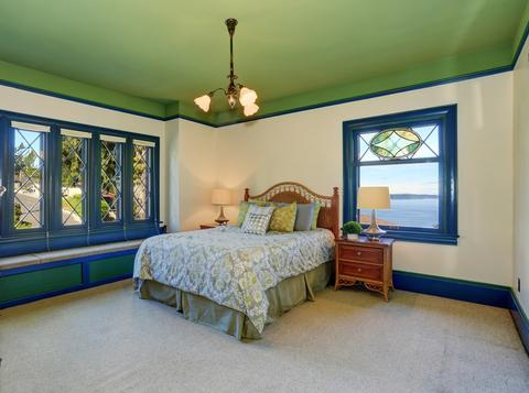 Colorful bedroom green ceiling