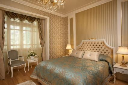 Gold wallpaper in luxurious bedroom decor