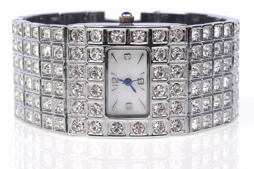 https://cf.ltkcdn.net/jewelry/images/slide/159964-850x565r1-silver-cuff-3.jpg