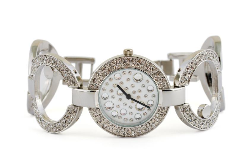 https://cf.ltkcdn.net/jewelry/images/slide/159967-849x565r1-silver-cuff-6.jpg