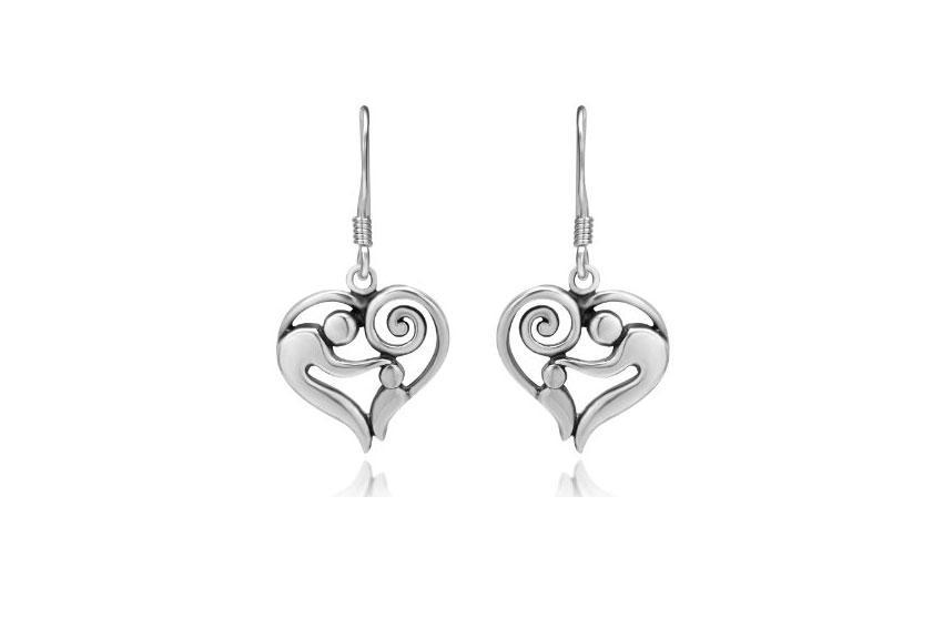 https://cf.ltkcdn.net/jewelry/images/slide/167725-850x566-925-heart-shaped-earrings.jpg