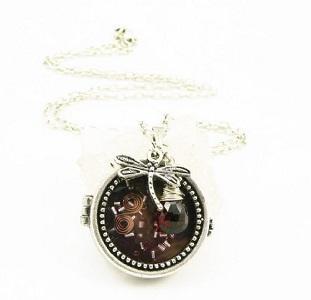 https://cf.ltkcdn.net/jewelry/images/slide/173435-311x300-locket-steampunk.jpg